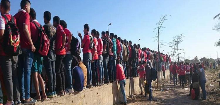 صورة لجماهير الاهلي خارج برج العرب