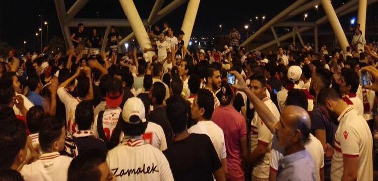 جماهير الزمالك في مطار القاهرة تنتظر فريق كرة اليد