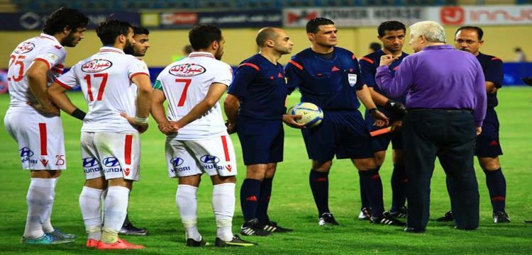 مرتضى منصور في صورة أرشيفية مع لاعبيه