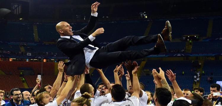 لاعبو ريال مدريد يحتفلون بزيدان