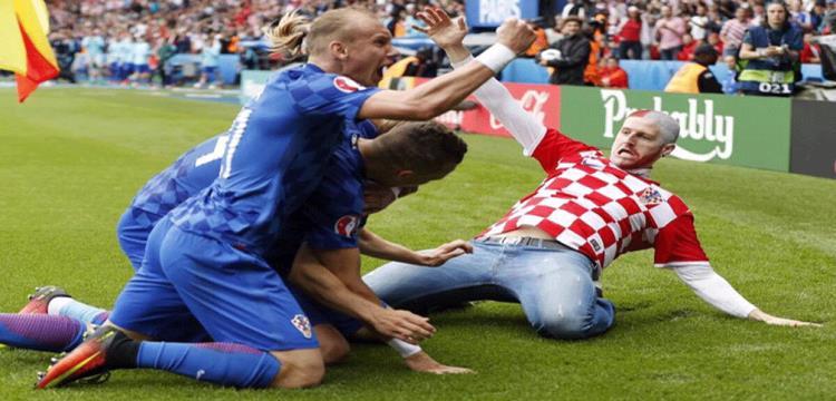 مشجع كرواتيا يحتفل مع اللاعبين