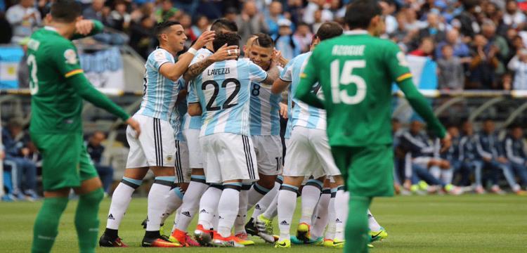 لاعبو الأرجنتين يحتلفون بالتقدم
