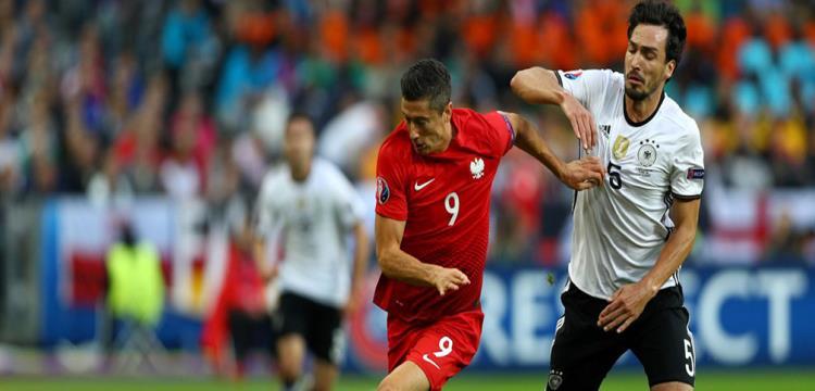 ليفاندوفيسكي وهوميلز في لقطة من المباراة