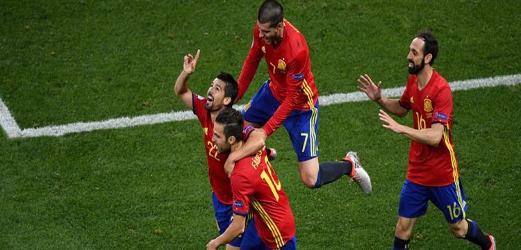 لاعبو أسبانيا يحتفلون بهدف نوليتو