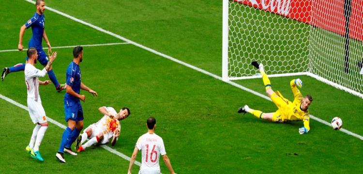 لقطة من مباراة أسبانيا وإيطاليا في يورو 2016