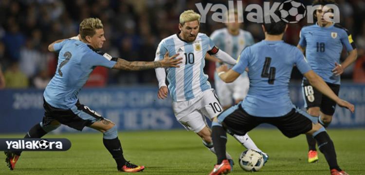 ميسي في مواجهة لاعبي أوروجواي قبل تسجيل الهدف مباشرة