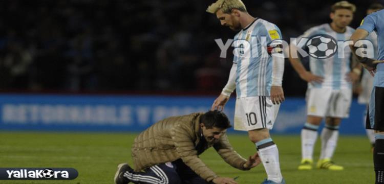 مشجع أرجنتيني يقبل قدم ميسي