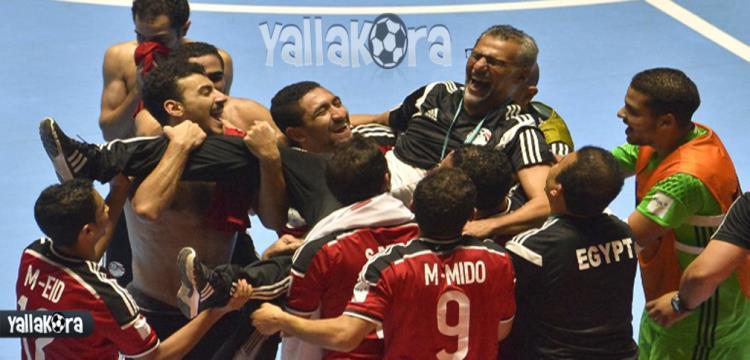 لاعبو مصر يحتفلون بالتأهل مع هشام صالح المدير الفني