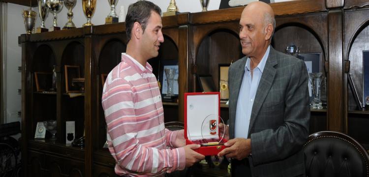 عماد وجيد مع ممثل النادي المقدوني