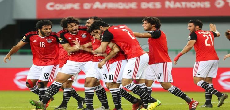 حجازي مع لاعبي مصر أثناء الاحتفال بهدف الانتصار