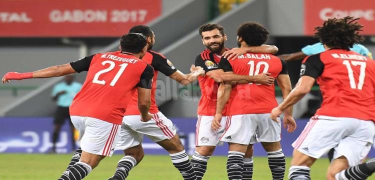 لاعبو مصر يحتفلون بهدف صلاح