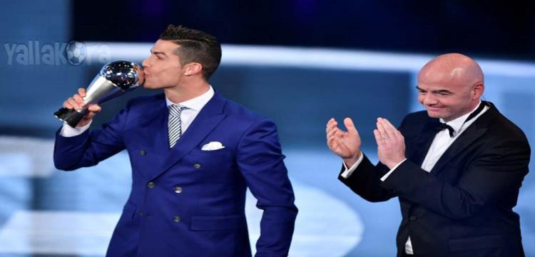 رونالدو مع جائزة أفضل لاعب في العالم
