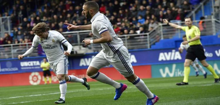بنزيمة مهاجم ريال مدريد
