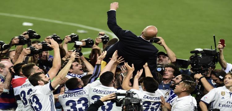 زيدان محمولا على الأعناق بعد تتويج ريال مدريد بطلا لليجا