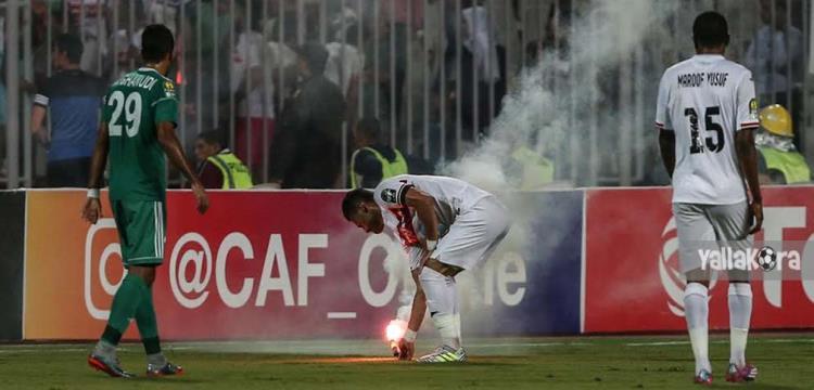 باسم مرسي يبعد الألعاب النارية عن الملعب