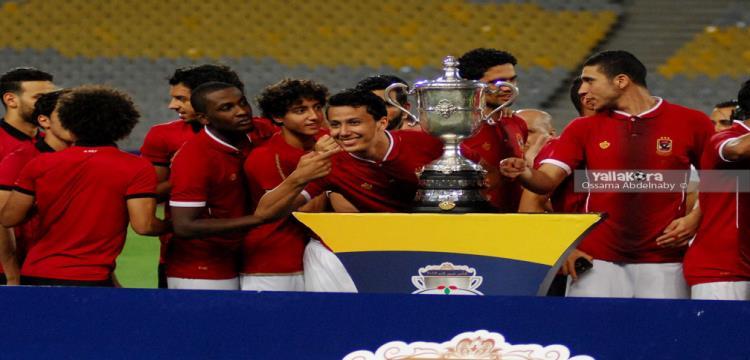 عمرو جمال يحتفل مع زملاءه في الأهلي بكأس مصر