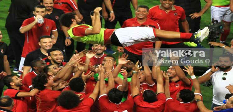 حسام غالي مع زملائه بعد المباراة