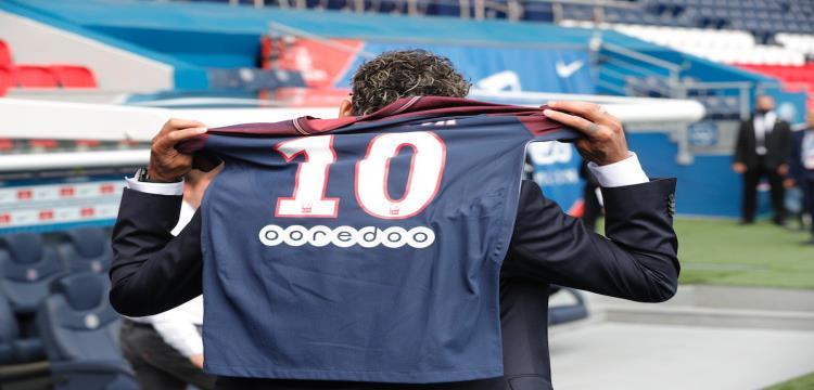 نيمار يرتدي قميص باريس سان جيرمان