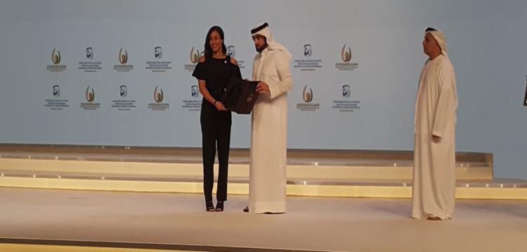 فريدة عثمان تتسلم الجائزة