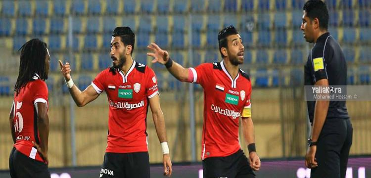 صلاح أمين مع لاعبي الجيش في مواجهة الحكم