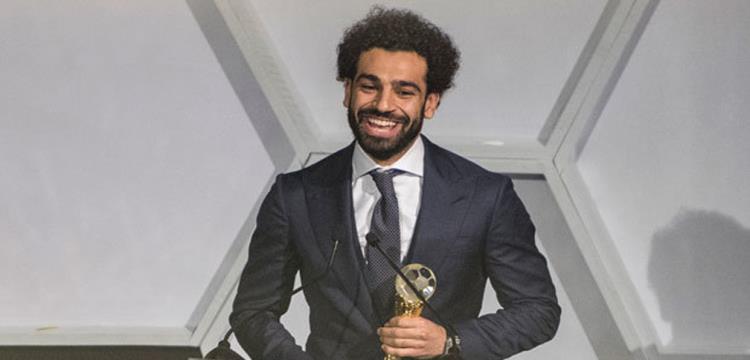 محمد صلاح مع جائزة الأفضل في إفريقيا