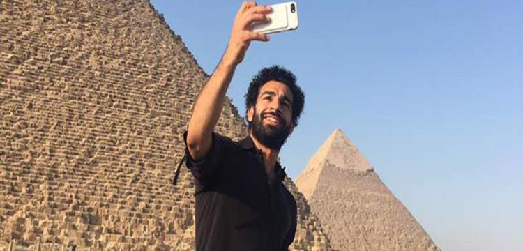 صلاح في لقطة تذكارية مع أهرامات مصر
