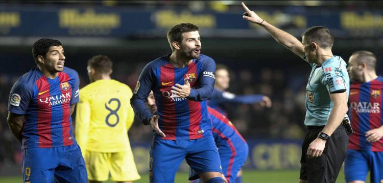 بيكيه يفتح نارا جديدة على التحكيم بسبب ريال مدريد.. وراموس يرد بسخرية