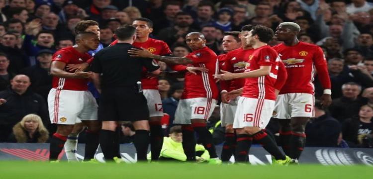 لاعبو مانشستر يونايتد يتجمهورن حول الحكم