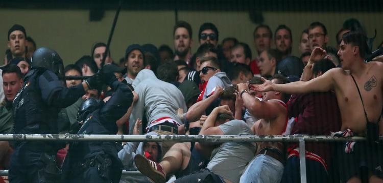 بايرن يطالب ميركل بالاحتجاج ضد سلوك شرطة إسبانيا مع مشجعيه