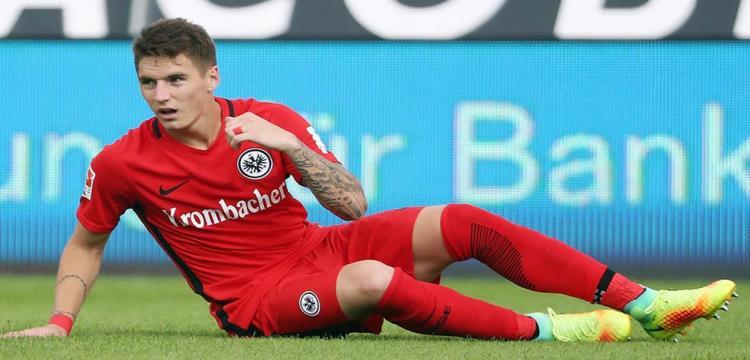 فرانكفورت الألماني يطرد لاعبه بسبب