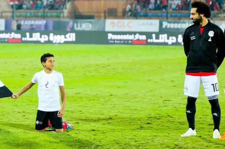 الطفل زياد يروي كواليس صورته مع صلاح.. ويصرح: أتمنى أن يتبناني رياضيا