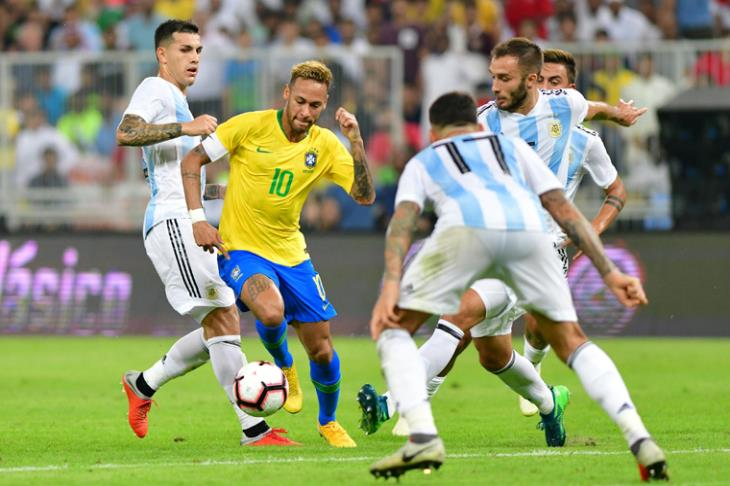 """البرازيل تتوج بكأس """"سوبر كلاسيكو"""" بهدف قاتل في الأرجنتين بالسعودية"""