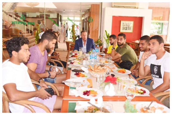 بالصور.. الخطيب يحفّز لاعبي الأهلي قبل السفر للجزائر