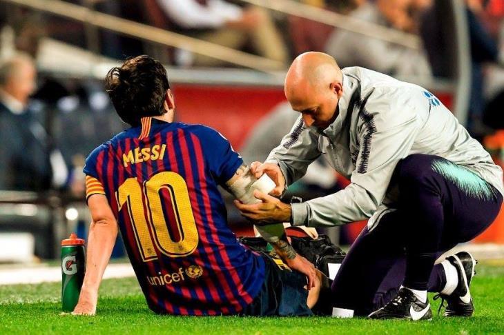 بالفيديو.. هل يغيب عن الكلاسيكو؟ ميسي يثير قلق جماهير برشلونة
