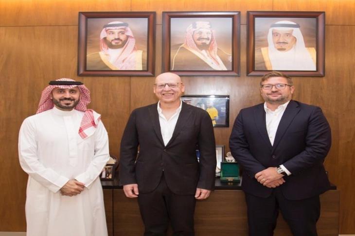 تحرك جديد.. رئيس اتحاد الكرة السعودي يلتقي مع مالك يونايتد