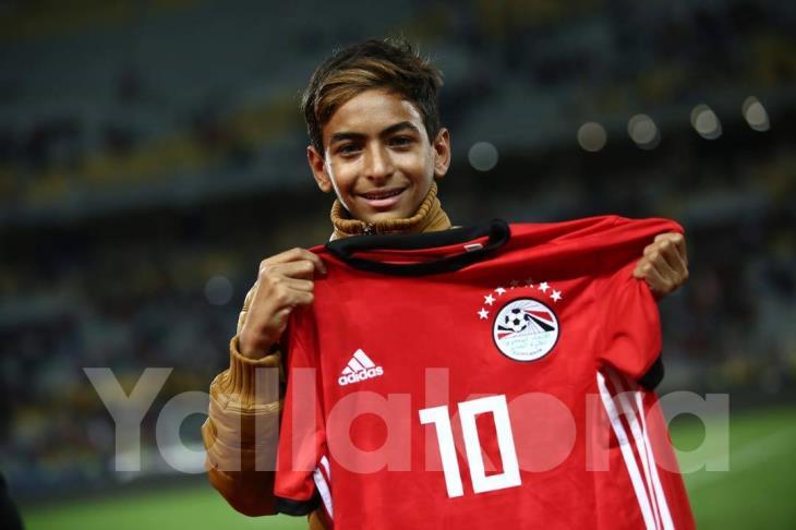 بالصور..طفل بكى أمام أعين صلاح فعاد يحمل قميصه