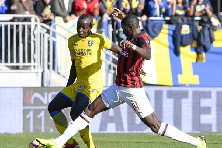 ميلان يواصل إهدار النقاط في الدوري الإيطالي بتعادل سلبي مع فروسينوني