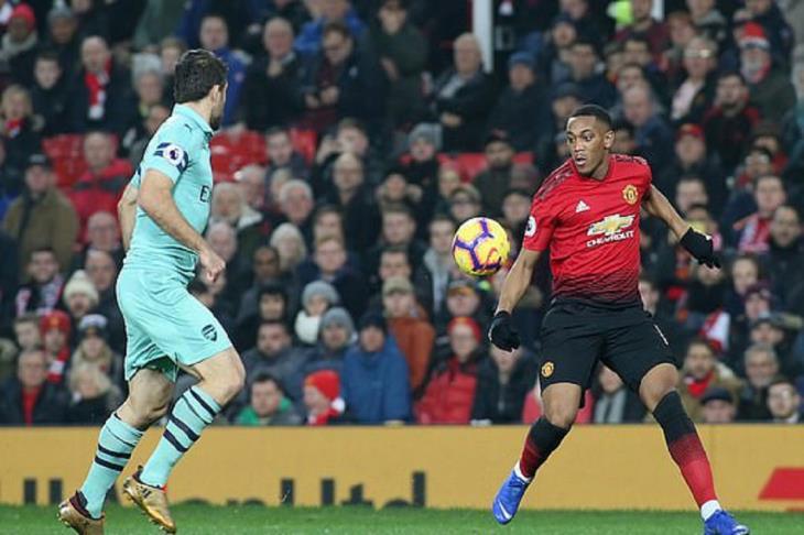 مانشستر يونايتد يسحب أرسنال لأسفل بعد إجباره على التعادل في بريميرليج