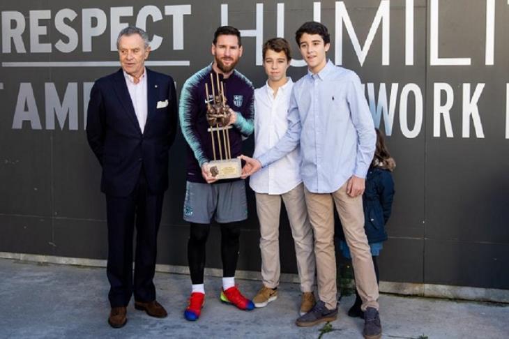 """ميسي يتسلم جائزة """"ألدو روفيرا"""" لأفضل لاعب في برشلونة"""