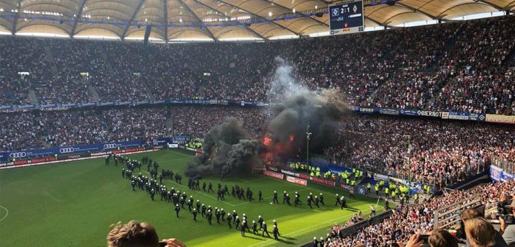 بالفيديو.. جماهير هامبورج تشعل ملعبها بعد الهبوط للمرة الأولى من البوندسليجا