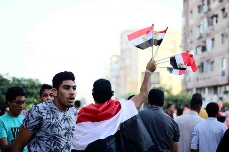 """بالصور.. في العيد.. الصلاة بـ""""تيشيرت"""" وعلم مصر"""