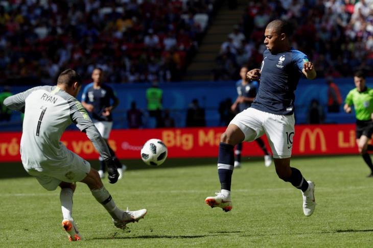مبابي يصبح أصغر لاعب فرنسي يخوض مباراة دولية كبيرة