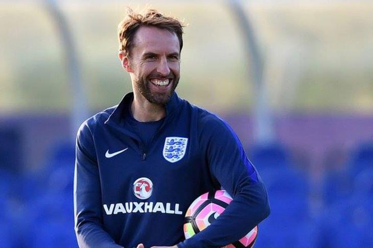 مدرب إنجلترا يتعرض لخلع في الكتف