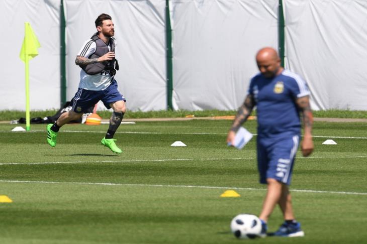 تقارير: لاعبو الأرجنتين يعزلون سامباولي.. وميسي ورفاقه يضعون تشكيل ملحمة نيجيريا
