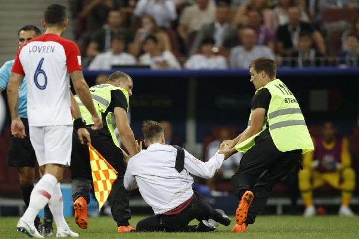 بالصور.. من هم مقتحمو ملعب مباراة فرنسا وكرواتيا بنهائي كأس العالم؟