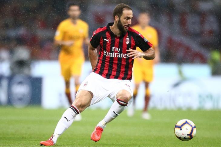ميلان يستعيد بريقه ويقسو على ساسولو برباعية في الدوري الإيطالي