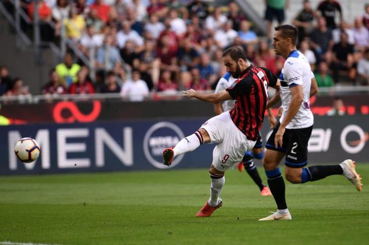 هيجواين يقود ميلان لعبور كييفو في الدوري الإيطالي