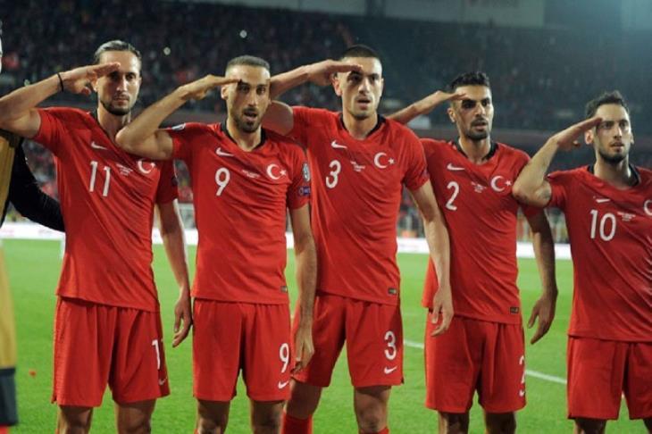 """يويفا يفتح تحقيقا حول """"التحية العسكرية"""" للاعبي تركيا في تصفيات يورو"""