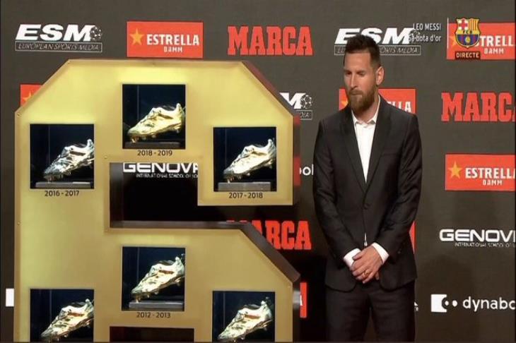 """""""ماتيو يخطف الأنظار"""".. ميسي يتسلم جائزة الحذاء الذهبي للمرة السادسة في تاريخه"""