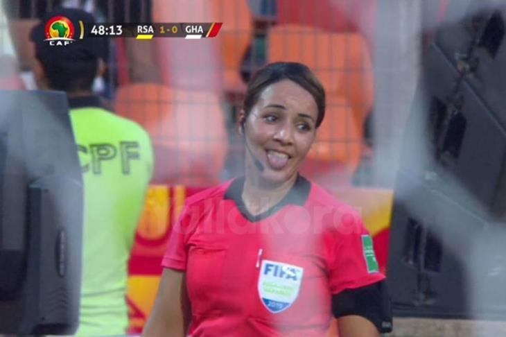 """""""حركة عفوية وإشارتي كانت للحكم"""".. فتيحة الجرمومي توضح لقطة مباراة غانا وجنوب أفريقيا"""